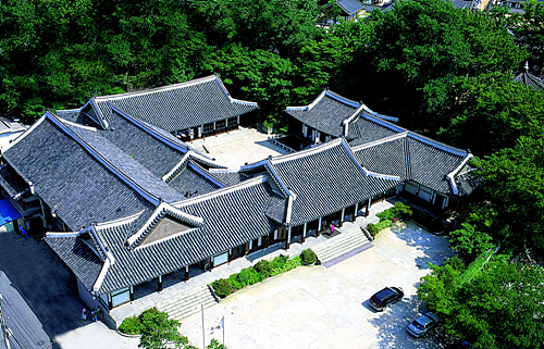 The Wedding Was At The Korea House (한국의집), A Beautiful Traditional Building  That Offers The Traditional Wedding Ceremony. It Was A Perfect Place For ...